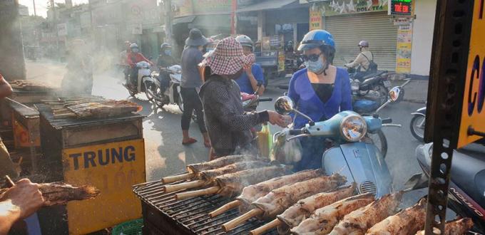 Nhiều người dân tranh thủ mua cá lúc sáng sớm về cúng.