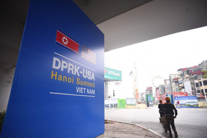 Ngày 21.2, một số tuyến đường Hà Nội được lắp đặt nhiều tấm banner cỡ lớn chào đón hội nghị thượng đỉnh Mỹ - Triều.