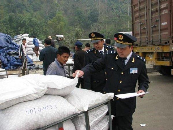 Giang kiểm tra hàng hoá NK qua cửa khẩu Thanh Thuỷ. Ảnh minh họa.