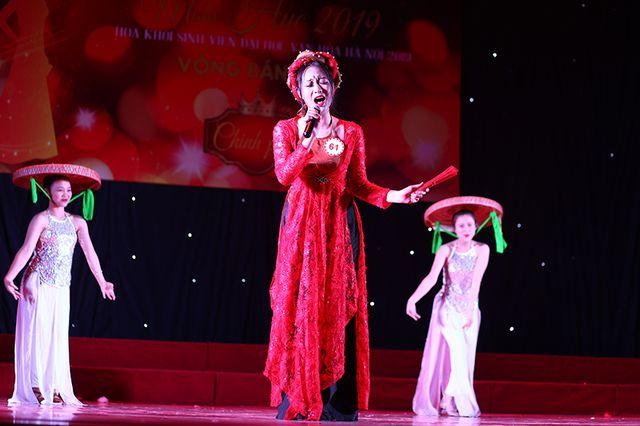Cũng lựa chọn năng khiếu ca hát, nữ sinh Chúc Thị Bích Ngọc đến từ khoa Văn hoá dân tộc thiểu sốlại lựa chọn ca khúc Son để ca ngợi nét đẹp của người phụ nữ.