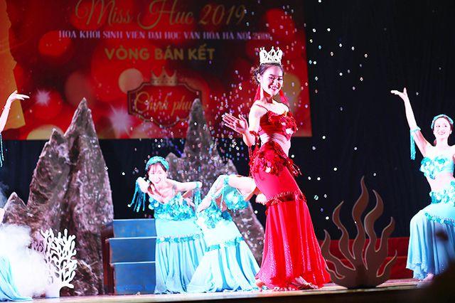 """Nàng """"công chúa thủy cung"""" Ngô Thị Vân nổi bật trong bộ trang phục lấp lánh, gương mặt xinh đẹp và thần thái biểu diễn chuyên nghiệp."""