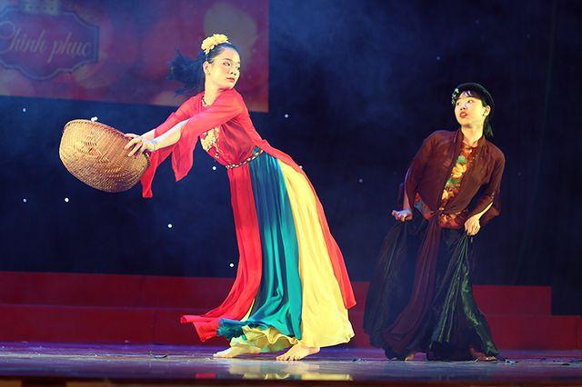 Nếu như các cô gái khác luôn cố gắng để trở nên xinh đẹp hơn, thì Nguyễn Thị Ngần - lớp Đạo diễn sân khấu 6 lại không ngại làm xấu mình với hình tượng cô Cám trong hoạt cảnh Tấm Cám do chính mình dàn dựng.