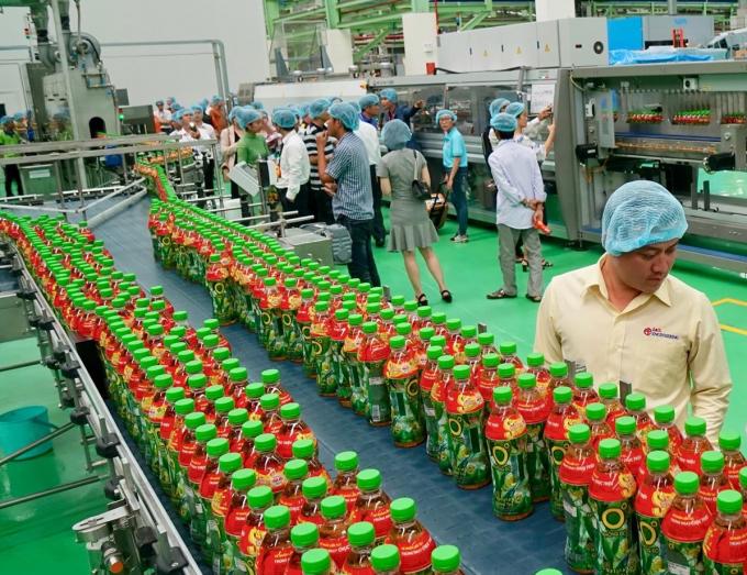 Các khách mời tham quan hệ thống dây chuyền công nghệ khép kín vô trùng Aseptic tại nhà máy Number One Hậu Giang.