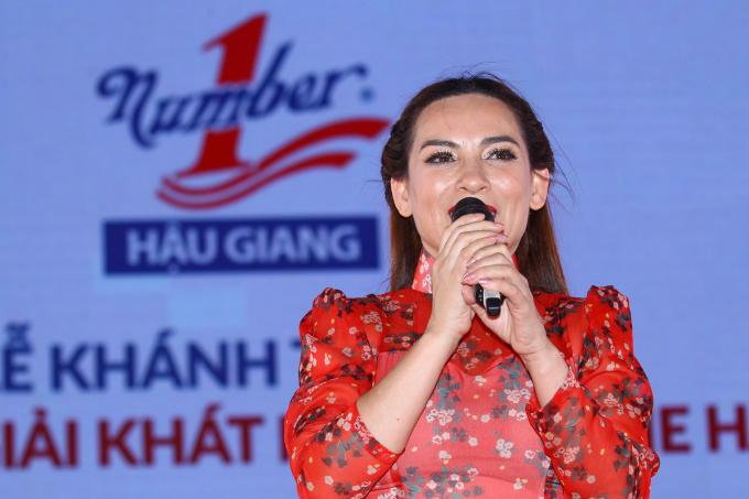 Sự kiện khánh thành Nhà máy Number One Hậu Giang còn có sự tham gia bất ngờ của nữ ca sĩ Phi Nhung.