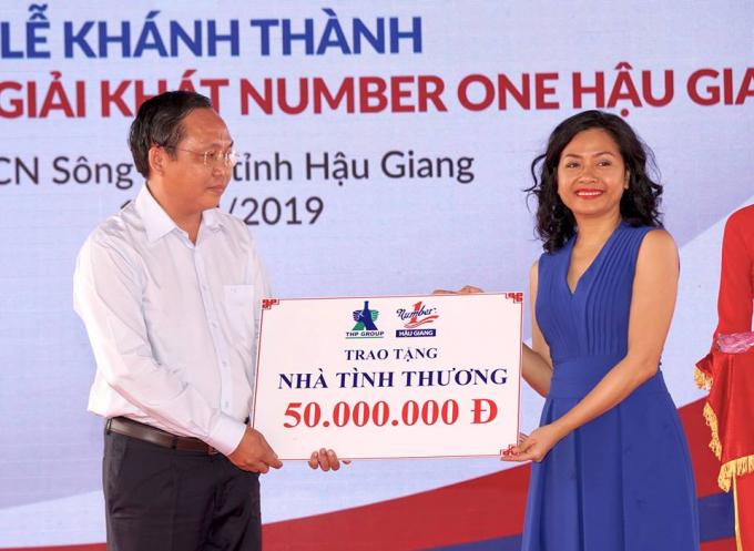 Bà Trần Uyên Phương, Phó Tổng Giám đốc Tập đoàn Tân Hiệp Phát trao tặng 01 căn nhà tình thương choÔng Lê Công Lý - Bí Thư Huyện Ủy Châu Thành đại diện người dân địa phương.