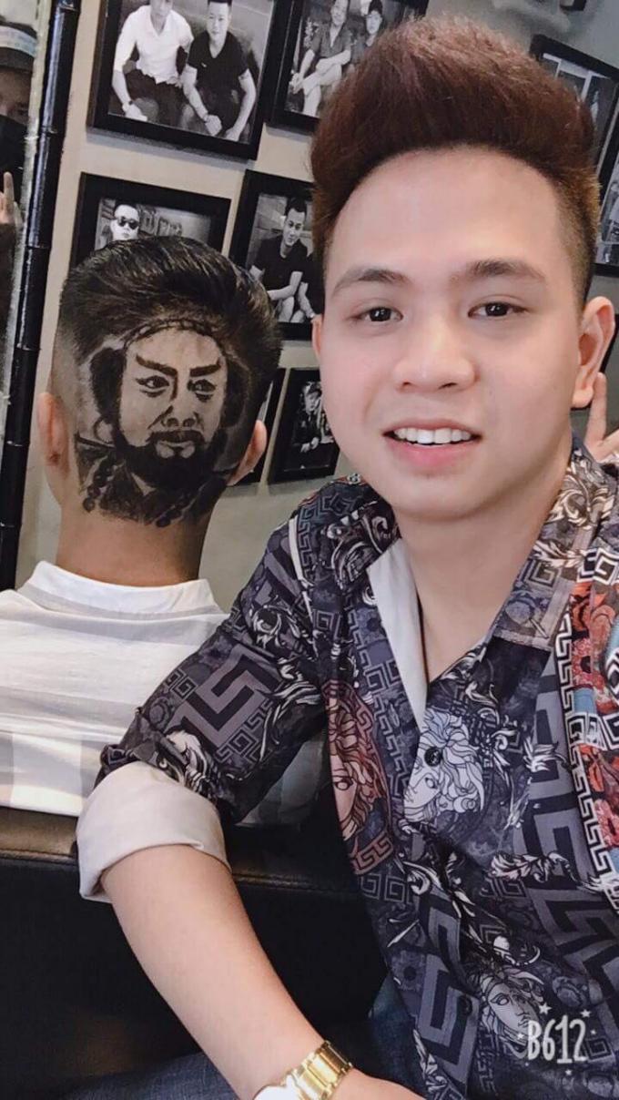 Trần Đình Nhâm với tác phẩm khắc họa chân dung của mình.