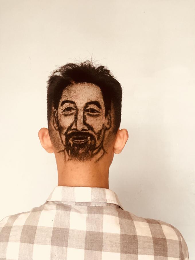 Khắc chân dung lên tóc đòi hỏi người thợ phải có tính kiên trì, chịu khó.