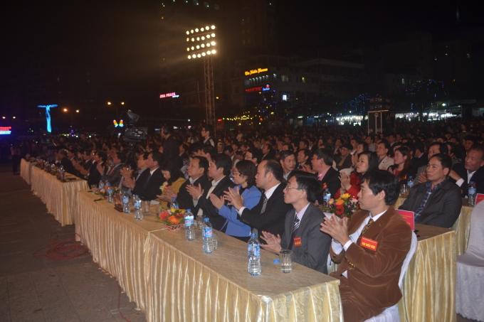 Rất đông quý đại biểu, nhân dân và du khách gần xa đã đến tham dự chương trình.