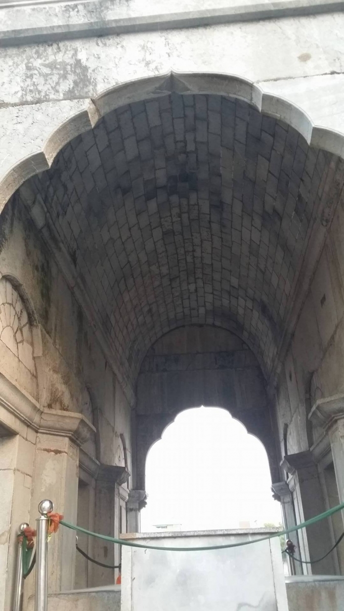 Mái vòm được được xếp lại bằng những viên đá hết sức khéo léo.