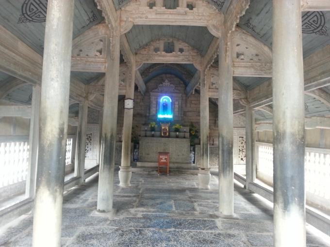 Bên trong nhà thờ Đá.
