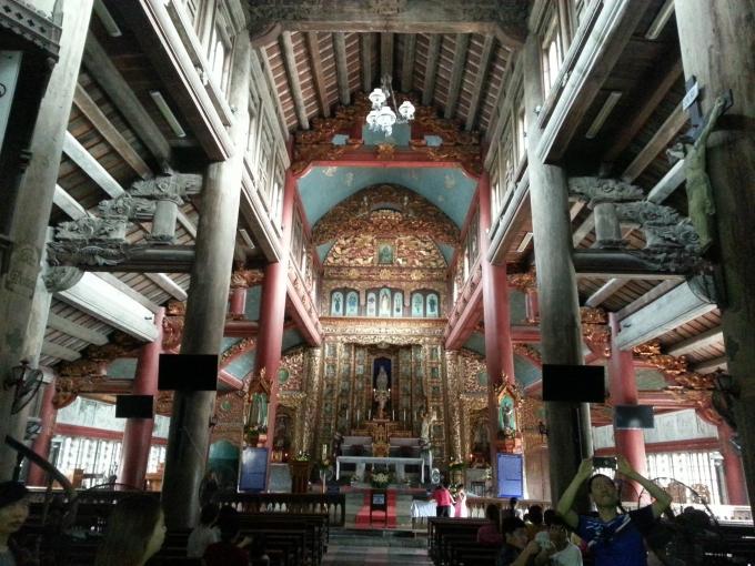 Bên trong nhà thờ lớn Phát Diệm.