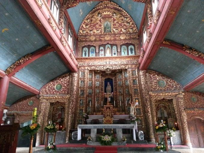 Bàn thờ được sơn son thiếp vàng.