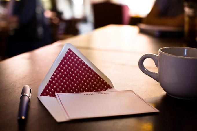Tấm thiệp viết tay sẽ làm cho món quà của bạn gửi cho người ấy thêm ý nghĩa. Ảnh minh họa