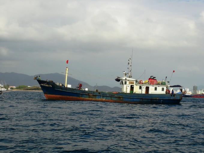 Tàu vỏ thép BĐ 99999-TS được lai dắt vào cảng Nha Trang an toàn.