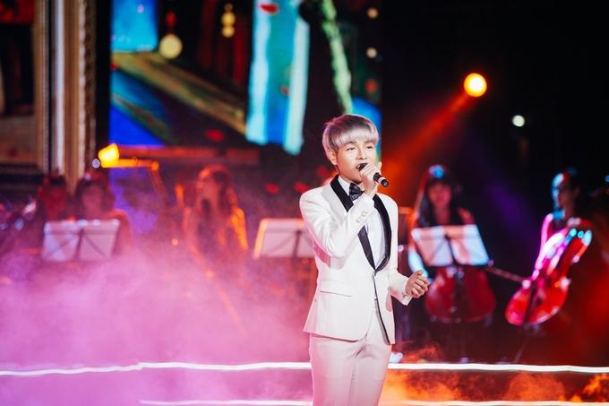 Trong đêm nhạc tối 19/10, Đức Phúc xuất hiện trong bộ vest trắng, khiến khán giả Thủ đô chìm đắm trong không gian âm nhạc nhẹ nhàng của ca khúcNhớ mùa thu Hà Nội. Ảnh: Nguyễn Văn Nam.
