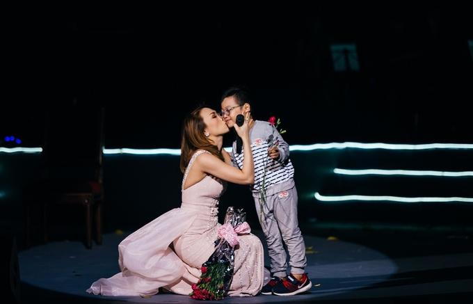 Mỹ Tâm nhận được bó hoa từ khán giả sáu tuổi. Cậu bé ôm và hôn má nữ ca sĩ. Mỹ Tâm rút một bông hoa để cậu bé mang về tặng mẹ và không quên gửi lời chúc tới toàn thể phụ nữ nhân dịp 20/10. Ảnh; Nguyễn Văn Nam.