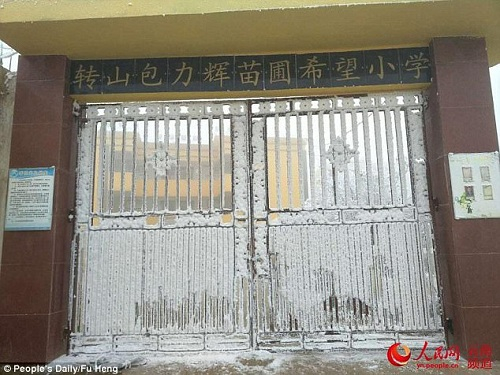 Cổng trường đóng đá vì lạnh. Ảnh:Nhân dân Nhật báo.