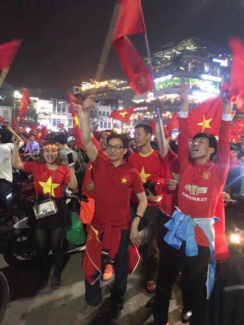 Hình ảnh: Phó Thủ tướng Vũ Đức Đam mừng chiến thắng của U23 Việt Nam cùng hàng ngàn người trên đường phố số 1