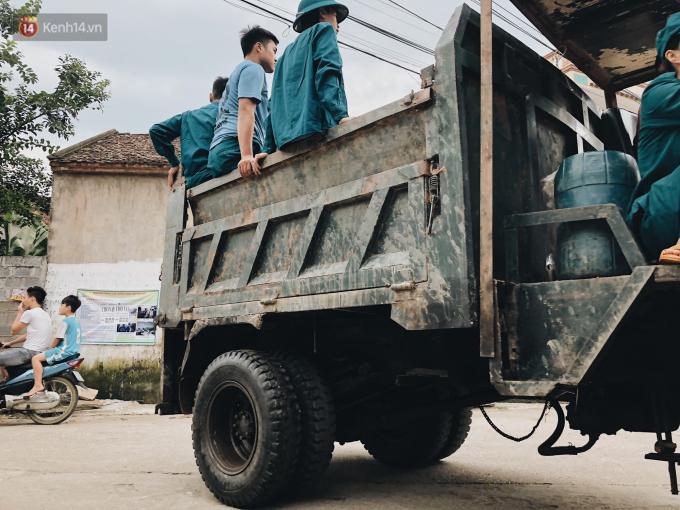 Lực lượng dân quân giúp dân.