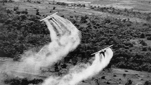 Máy bay Mỹ rải chất độc da cam/dioxin trong chiến tranh Việt Nam. Ảnh: NYT