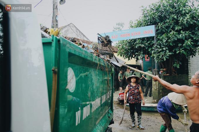 Người dân quét rác quanh khu vực sinh sống.