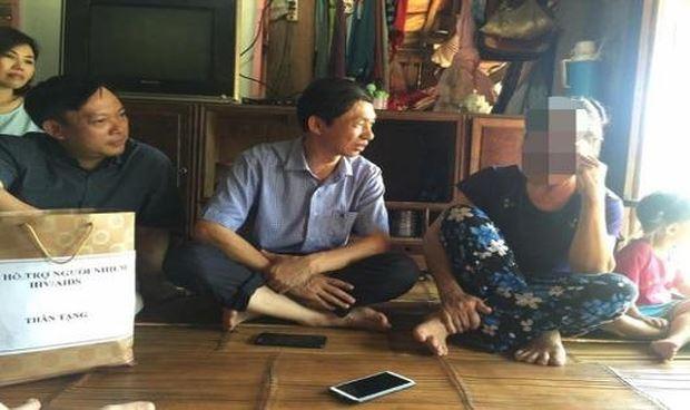 TS Hoàng Đình Cảnh (bên trái) thăm hỏi một người dân nhiễm H tại xã Kim Thượng, huyện Tân Sơn, Phú Thọ.