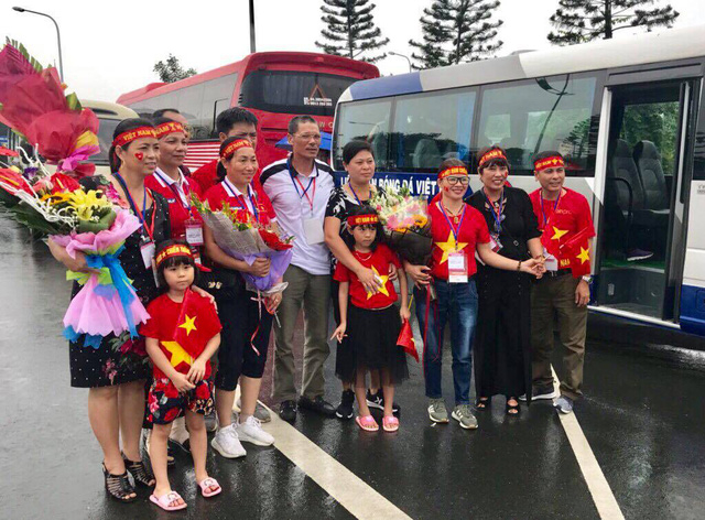 Bố mẹ tiền vệ Quang Hải cùng phụ huynh của các cầu thủ có mặt từ rất sớm, đợi đón con em mình.