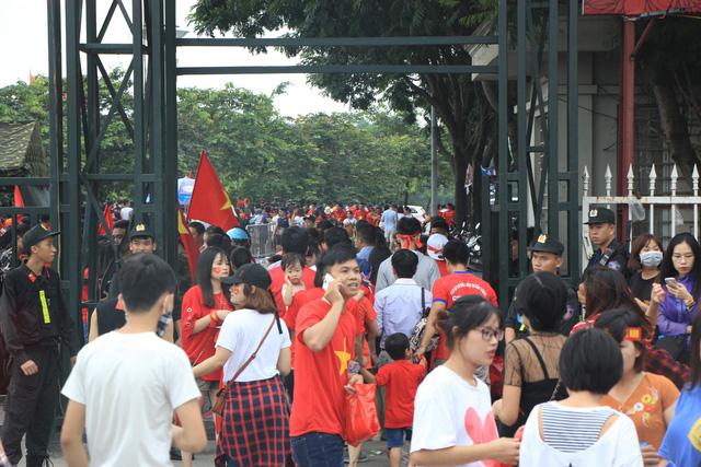 Cổ động viên đổ về sân Mỹ Đình lúc gần 16h chiều nay để xem Lễ Vinh danh Đoàn Thể thao Việt Nam.
