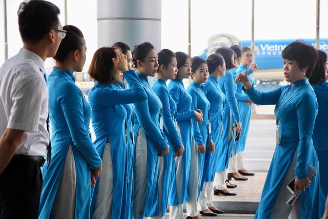 Gần 13h30, các nhân viên mặt đất của hãng hàng không đứng thành hàng chờ đón các cầu thủ Olympic Việt Nam.