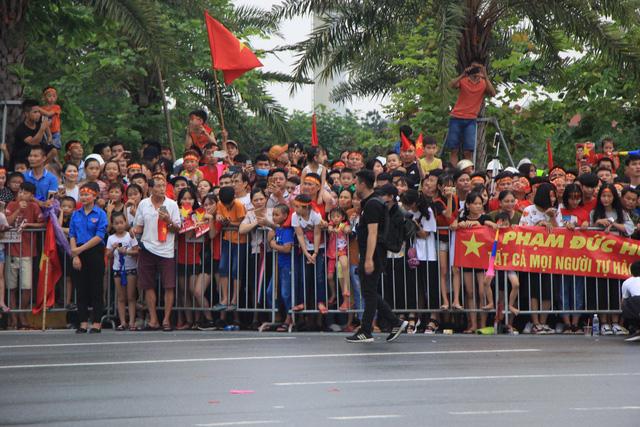 Hàng ngàn người chờ đón các cầu thủ bên ngoài sân bay.