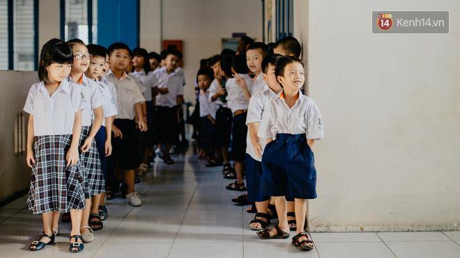 Cậu bé lang thang ham học ngày nào giờ đã được đến trường và tương lai rộng mở trước mắt nhờ lòng hảo tâm của những người lạ tử tế.