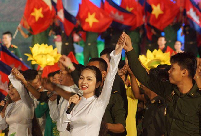 """uổi trẻ hai nước tham gia Dạ hội thanh niên Quân đội Việt Nam - Campuchia """"Chung dòng Mê Kông - Nghĩa tình sâu nặng"""" trong Năm Hữu nghị Việt Nam - Campuchia 2017 tại TPHCM. Ảnh: NGUYỄN MINH"""