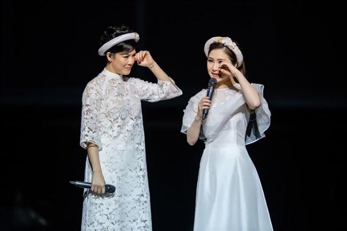 """Trên sân khấu là chị em nhưng ngoài đời Hương Tràm gọi Thu Phương là """"mẹ"""", bởi tuổi của cô nhỏ hơn con trai của Thu Phương"""