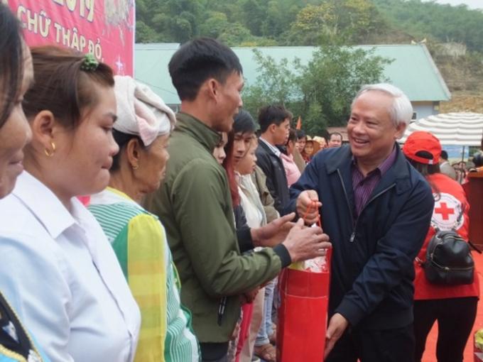 Phó Chủ tịch Quốc hội Uông Chu Lưu trao quà Tết cho bà con vùng lũ.