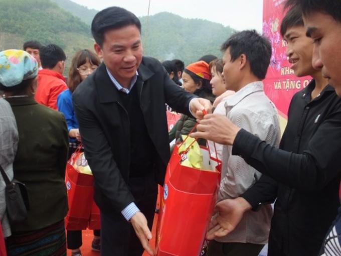 Phó Bí Thư thường trực Tỉnh ủy Thanh Hóa - Đỗ Trọng Hưng đưa Tết sớm đến bà con xã Trung Sơn.