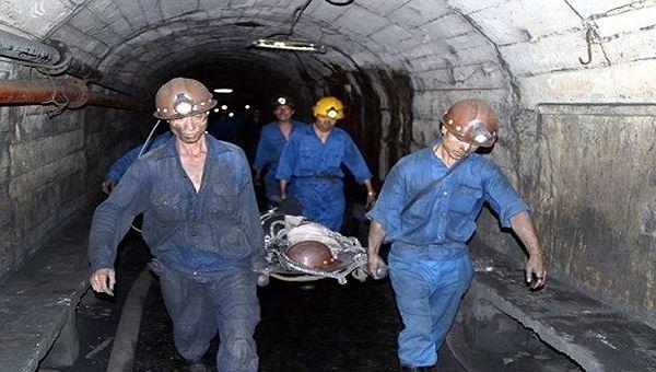 Lực lượng cứu hộ đưa thi thể thợ lò bị vùi lấp trong vụ sập hầm lò tại một công ty khai thác than ở Quảng Ninh