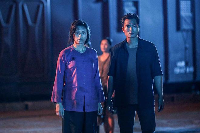 Lương (bên phải) xuất hiện trong phim với vai trò nhạt nhoà