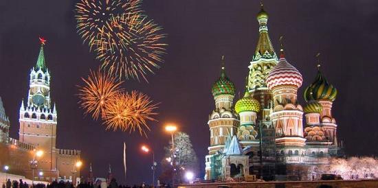 Truyền thống năm mới của người Nga là viết một điều ước ra giấy, đốt và bỏ tro vào cốc champaigne rồi uống trước 12h đêm giao thừa.