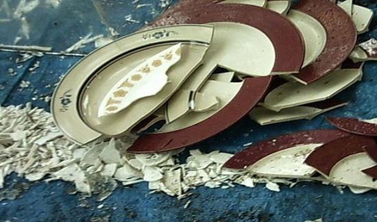 Năm mới là dịp để người Đan Mạch dọn bớt những chiếc đĩa cũ trong nhà. Họ sẽ ném chúng vào cửa nhà hàng xóm, bạn bè hoặc người thân. Khi giao thừa đến, họ sẽ cùng nhún nhảy trên ghế vì quan niệm hành động này sẽ xua đuổi tà ma và mang lại may mắn.