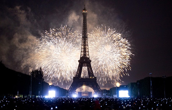 Một bữa ăn truyền thống gồm bánh pancake, gan ngỗng vỗ béo (foie gras) và champainge được cho là sẽ mang đến thịnh vượng mà may mắn cho người tham dự ở Pháp.