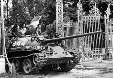 Hình ảnh những chiếc xe tăng vượt qua cổng Dinh Độc Lập – nơi đặt bộ chỉ huy đầu não của chính quyền VNCH đã đi vào lịch sử chiến tranh giải phóng dân tộc của Việt Nam. Đó cũng là những chiếc xe tăng đã đập tan nhiều phòng tuyến kiên cố của quân địch trên tuyến đường tiến về giải phóng Sài Gòn. Nguồn ảnh: TL