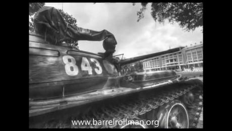 """Ảnh xe tăng T-54B mang số hiệu 843 trong sân Dinh Độc Lập ngày 30/4. Chiếc 390 đã húc đổ cánh cổng Dinh Độc Lập tuy là một chiếc T59 do Trung Quốc sản xuất, nhưng cơ bản thì T59 vốn được chế tạo hoàn toàn trên cơ sở T-54. Nếu đặt hai xe T-54 và T59 nằm cạnh nhau thì rất khó để phân biệt bởi chúng giống nhau như """"hai giọt nước"""". Nguồn ảnh: Youtube"""