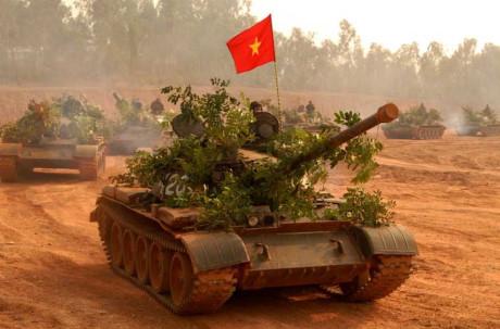 Quân đội Nhân dân Việt Nam tiếp nhận những chiếcxe tăng T-54đầu tiên từ Liên Xô vào ngày 29/2/1962 gồm 11 chiếc. Các năm tiếp theo ta nhận được thêm hàng chục chiếc khác. Ngày 22/6/1965, Trung đoàn xe tăng 203 được thành lập với trang chủ yếu là xe tăng T-54. Đây là loại tăng hiện đại nhất của QĐND Việt Nam trong cuộc kháng chiến chống Mỹ. Nguồn ảnh: BTL Binh chủng TTG