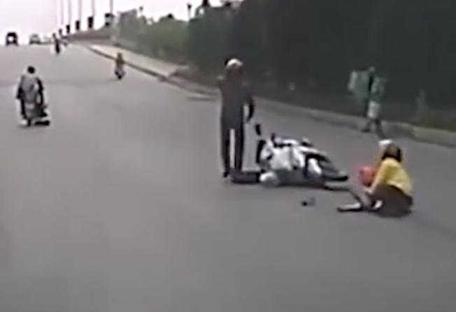 Hình ảnh người mẹ ôm con trong lòng khi bị cướp ngã ra đường