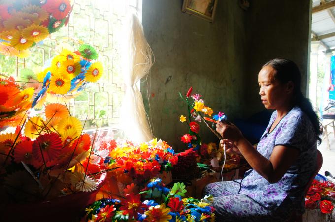Những gia đình có làm nghe hoa giấy tất bật chuẩn bị.