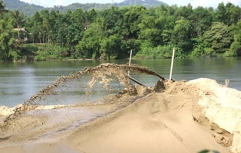 Người dân bức xúc vì nạn khai thác cát gần bờ. (Ảnh minh họa)