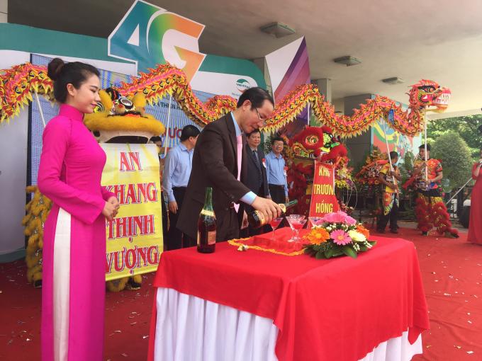 Ông Phan Xuân Hồng Giám đốc Viettel Thừa Thiên Huế rót rượu mời các đại biểu đến tham dự. (Ảnh: Đăng Hậu)