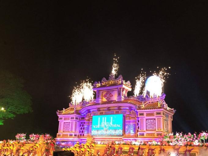 Lễ khai mạc được diễn ra trên một sân khấu ấn tượng.