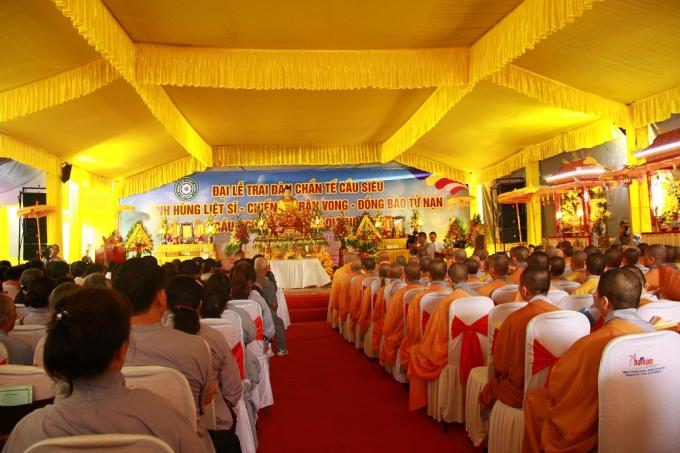 Buổi lễ được tổ chức nghiêm trang tại đàn Âm Hồn với sự tham gia của hàng trăm tăng ni, phật tử.