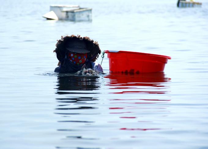 Để bớt đi cái nóng trên đầu và cái lạnh dưới nước, họ thường mặc nhiều áo quần, đội nón và quấn khăn.